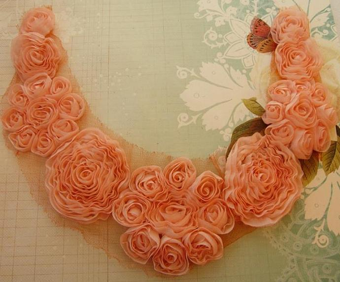 Flowers collar in peach