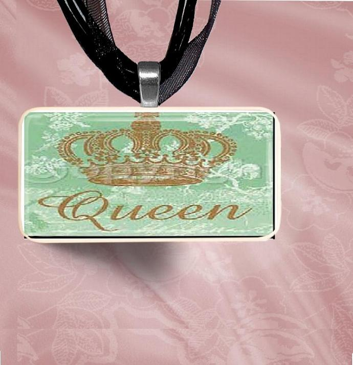 Queen Domino Pendant Necklace