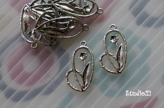 20 pcs of Antique Silver Finish Flower Charm/Pendant (PEN-S24)