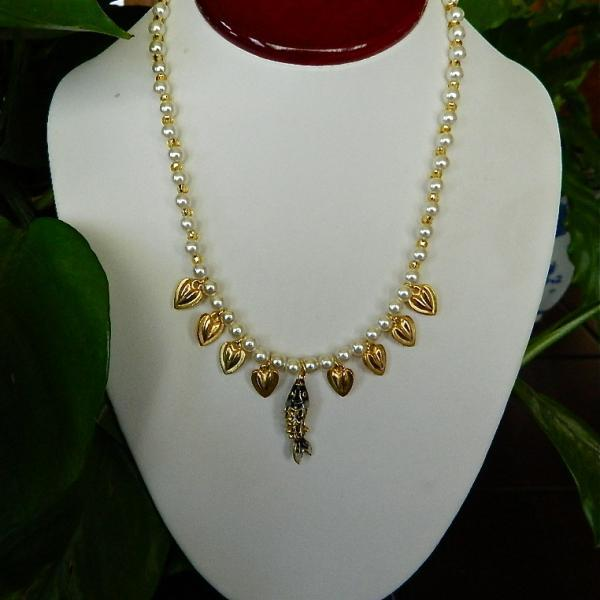 Enameled  fish  pendant  and  faux  pearls  necklace  earrings