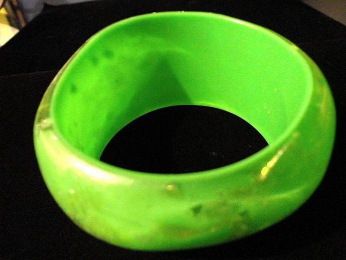 VINTAGE 80s WIDE Emerald green Translucent bangle bracelet with Gold tone flecks