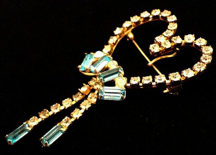 VINTAGE 50s Clear Rhinestone Heart dangle Trimmed with Aqua stones Brooch pin.