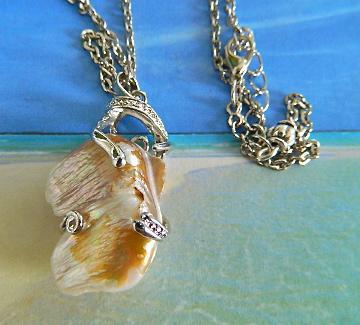 Vintage    pearlized  shell  pendant  on  chain