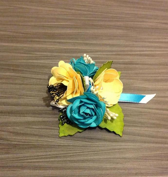 Corsage in butter, pool, white & black