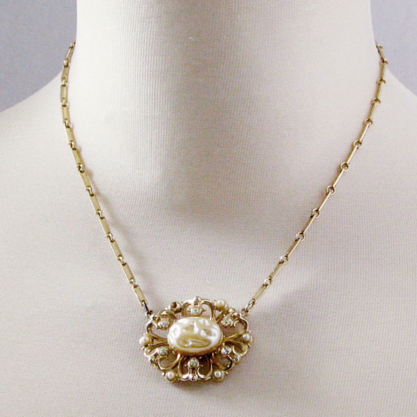 Vintage Faux Mabe Pearl Pendant Gold Tone Necklace 17.5 inches