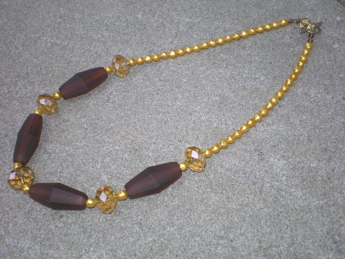 Resin and pearls necklace