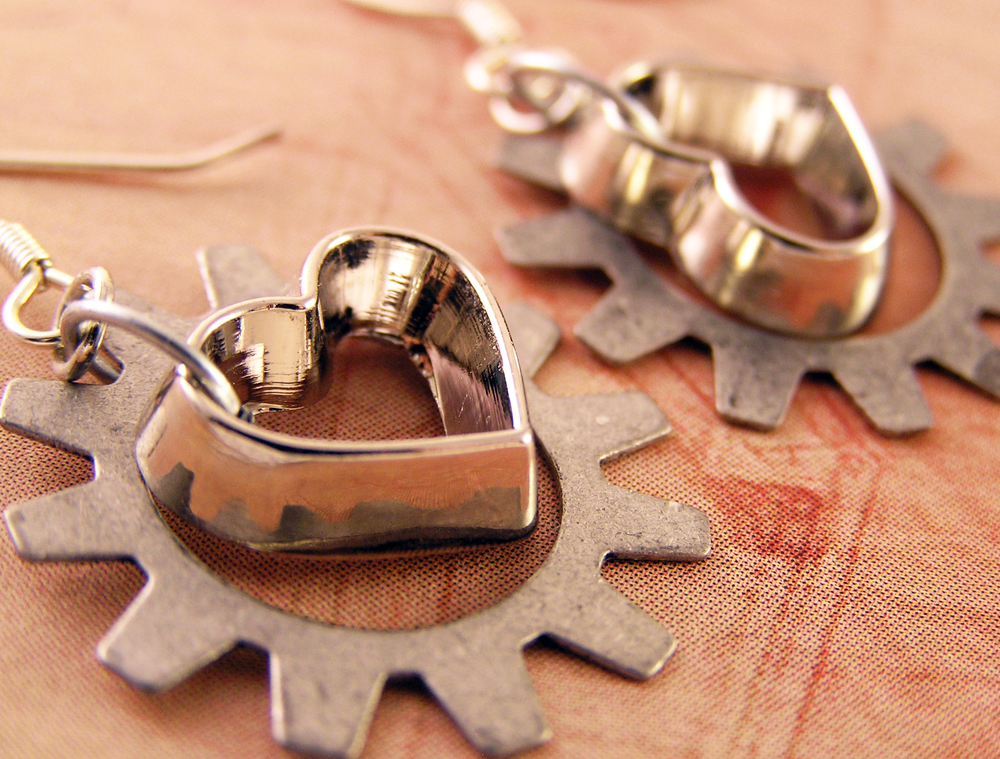 Ring In The Steampunk Decor To Pimp Up Your Home: Heart And Gear Earrings. Silver Gears By
