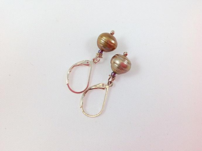 Brown pearl earring in gold rose