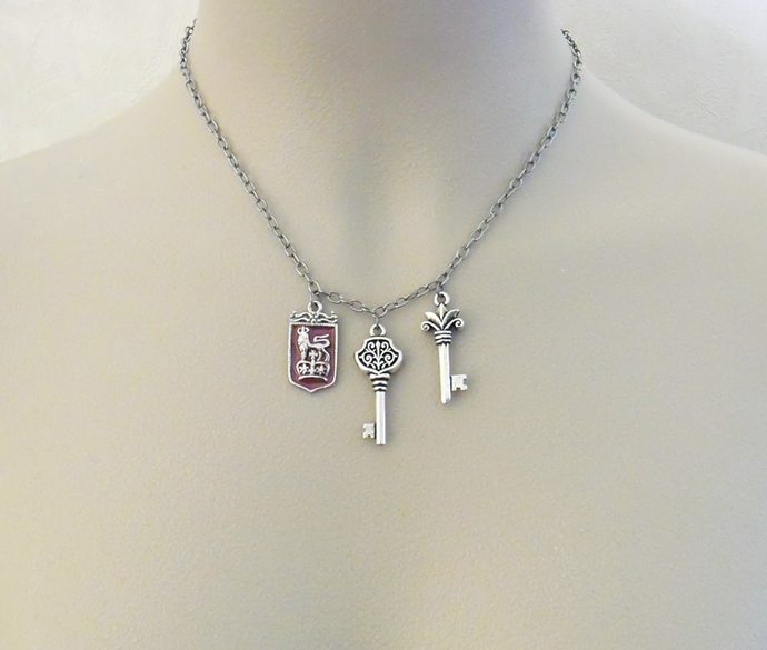Randel necklace: silver, vintage look, heraldry-inspired necklace with three